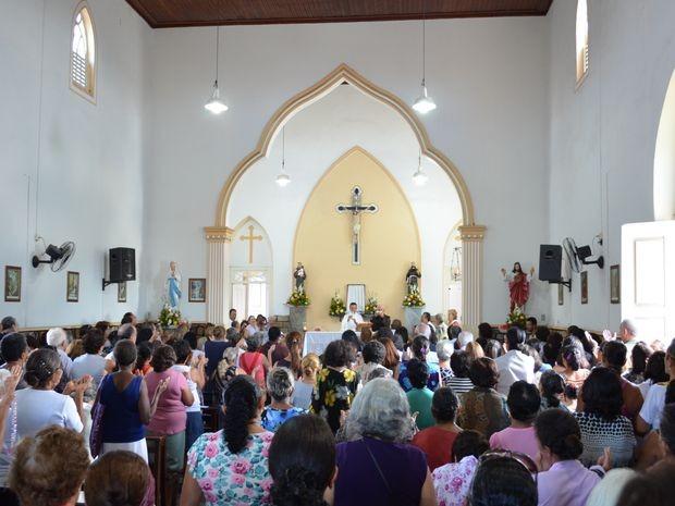Fiéis lotaram a igreja em uma das várias celebrações do dia de Santo Antônio (Foto: Marina Fontenele/G1)