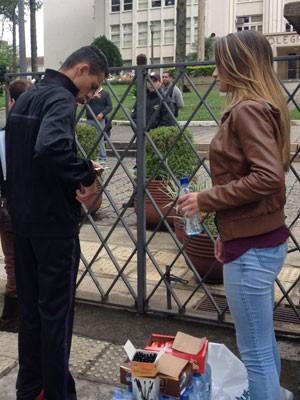 Em Curitiba, estudantes venderam canetas para o Enem para juntar dinheiro para a formatura (Foto: Daiane Baú/G1 PR)