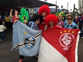 Torcedores da dupla Gre-Nal confraternizam em Porto Alegre (Foto: Cézar Freitas/RBS TV)
