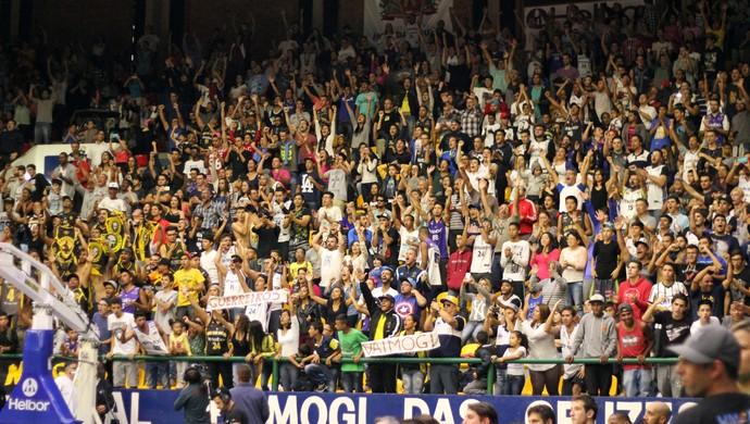 Torcida do Mogi no jogo 1 da semifinal contra o Flamengo (Foto: Antonio Penedo/Mogi-Helbor)