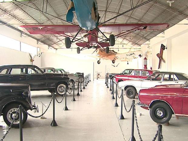 Acervo do Museu Eduardo Matarazzo tem carros antigos, aviões e peças bélicas (Foto: Valdinei Malaguti/EPTV)