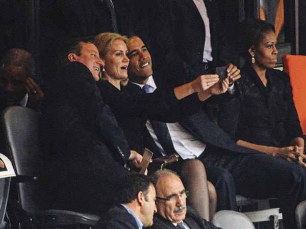 O ano do selfie fechou com a foto de Barack Obama ao lado da premiê dinamarquesa, HelleThorning, e do premiê britânico James Cameron, tirada pelos três durante o funeral de Nelson Mandela. A imagem foi mais vista do que outra, muito mais impactante, quando Obama cumprimentou o líder cubano Raúl Castro, na mesma cerimônia. (Foto: reprodução)