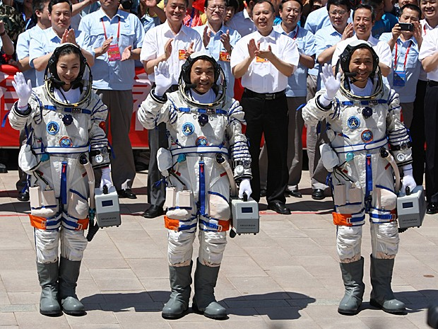 Da esq., astronautas Wang Yaping, Zhang Xiaoguang e o comandante da missão Nie Haisheng antes da decolagem (Foto: China Out/AFP )