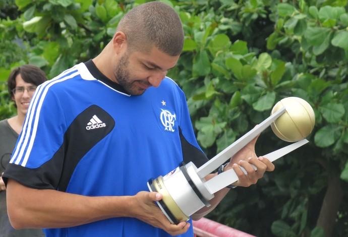 Olivinha aprecia troféu de campeão da Liga das Américas (Foto: Fabio Leme)