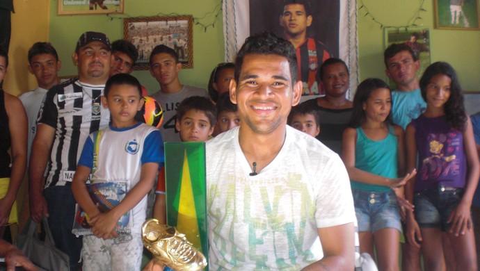 Éderson volta à terra natal e exibe troféus conquistados em 2013 (Foto: Thaís Jorge)