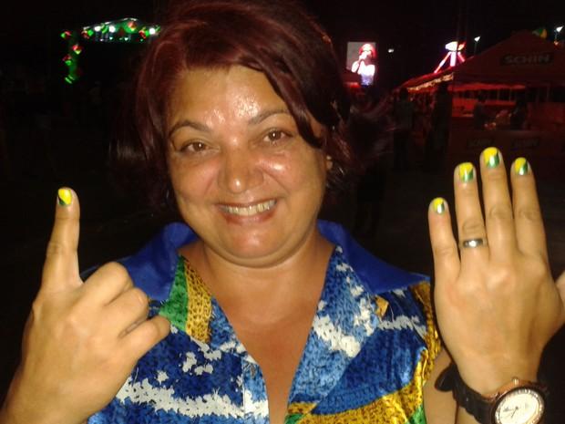Simone Maria de Lima pintou as unhas com as cores da bandeira brasileira.  (Foto: Luna Markman / G1)