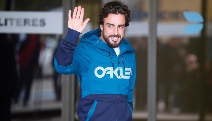 Alonso saindo do hospital (Foto: Divulgaçao)