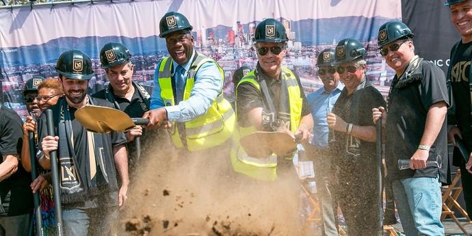 Will Ferrell e Magic Johnson marcam presença em abertura de obras do novo estádio do Galaxy (Foto: Reprodução/ Twitter)