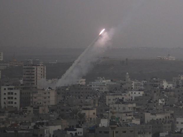 Militantes palestinos dispararam um foguete em Tel Aviv, que foi interceptado no ar por recém-implantada bateria anti-míssil israelense e não causou vítimas ou danos, disse a polícia (Foto: Majdi Fathi/Reuters)