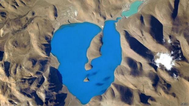 Foto do lago Cuo Womo, tirada a 400 quilômetros de altura (Foto: Nasa)