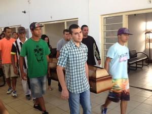 Caixão com o corpo de Eduardo Bernardino Cesar, de 25 anos, é levado por amigos e parentes (Foto: Paula Paiva Paulo / G1)