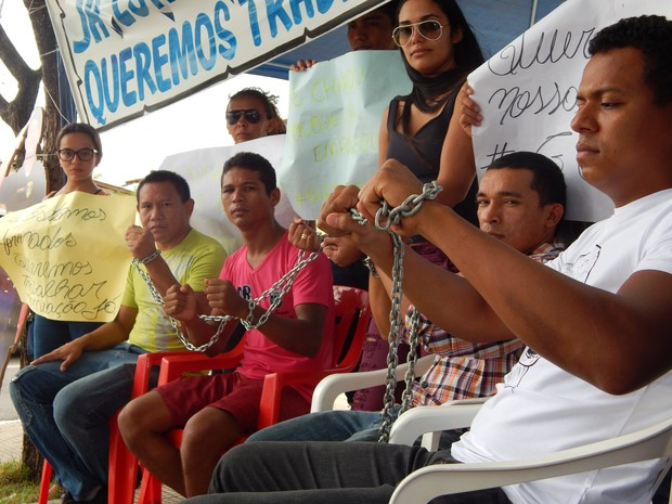 Os aprovados estão acorrentados desde a manhã desta quinta (18) em frente à prefeitura de Boa Vista (Foto: Josué Ferreira/G1 RR)