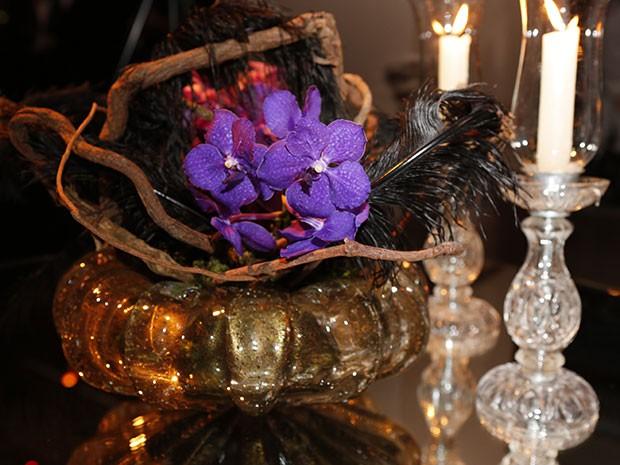 O ambiente lounge também conta com flores, velas e cristais (Foto: Ellen Soares / Gshow)