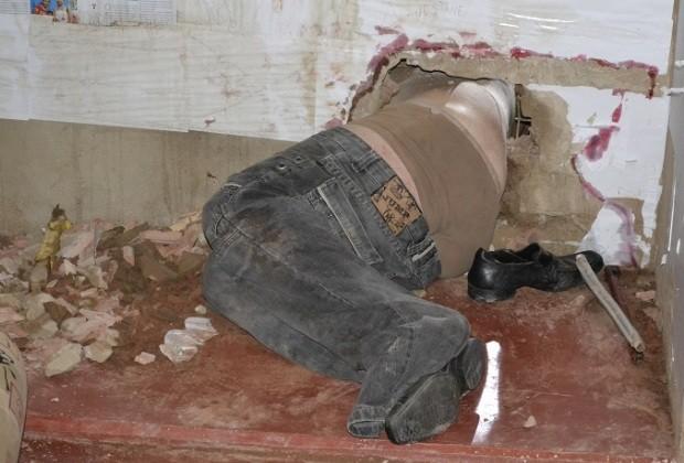 Durante fuga, preso fica preso em buraco na parede, em Goiás (Foto: Divulgação/ Jornal Populacional)