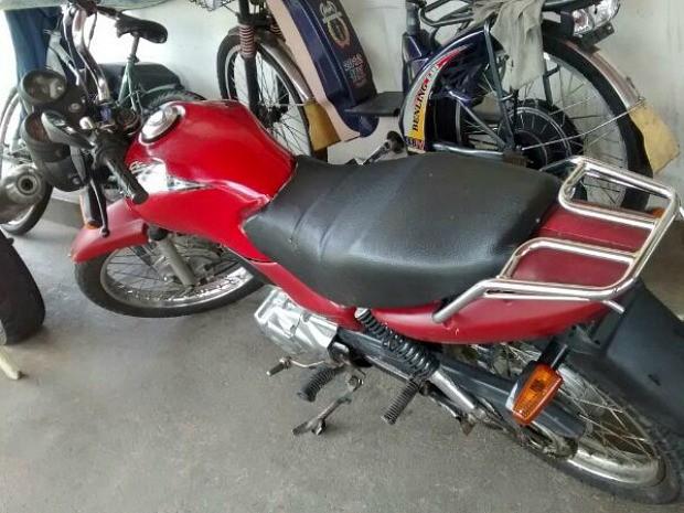 Motocicleta sem placa era usada pelo suspeito (Foto: Divulgação/Polícia Civil)
