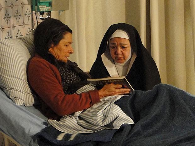 """Angélica mostra foto de Rodrigo para freira: """"Eu preciso encontrar meu filho"""" (Foto: Amor Eterno Amor/TV Globo)"""