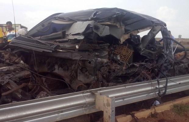 Acidente entre caminhonete e carreta deixa dois mortos na BR-060, em Indiara, Goiás (Foto: Divulgação/PM)