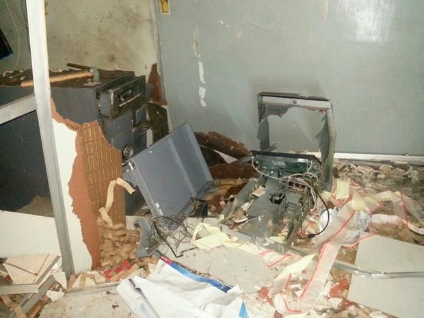 Explosão deixou destroços dentro do terminal bancário (Foto: Divulgação/Polícia Militar do RN)