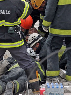 FOTOS: buscas continuam em desabamento de prédio em SP (Werther Santana/Estadão Conteúdo)