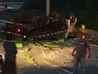 Caminhão tomba na rodovia Bandeirantes e espalha carga de limão