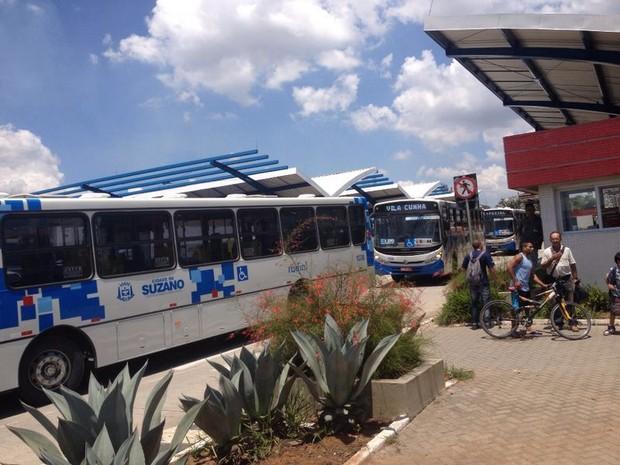 Motoristas de ônibus de Suzano protestam por segurança. (Foto: Jenifer Carpani/G1)