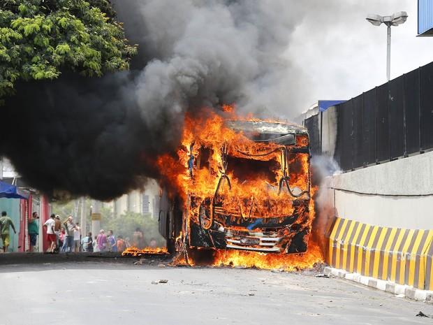 Ônibus são incendiados em ataque no Terminal Vida Nova em Campinas. (Foto: Moacyr Lopes Junior/Folhapress)