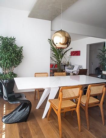 Detalhe da sala de jantar, com cadeiras de modelos diferentes. Ultramoderno! (Foto: Divulgação)