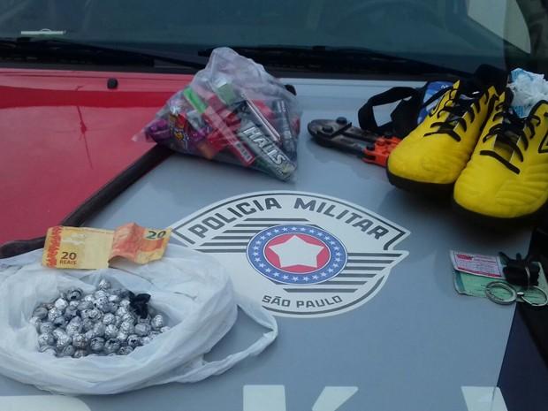 Objetos foram encontrados em uma casa no Parque dos Pinheiros (Foto: Polícia Militar/Cedida)