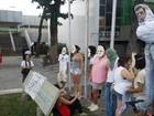 Manifestantes do Ocupe Estelita se acorrentam em frente à Prefeitura
