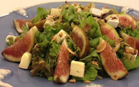 Salada verde com queijo brie e figo