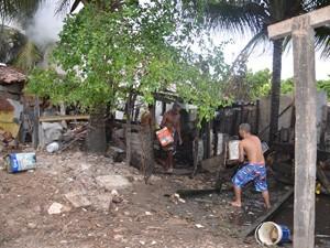 Moradores ajudaram com baldes e água de riacho (Foto: Walter Paparazzo/G1)