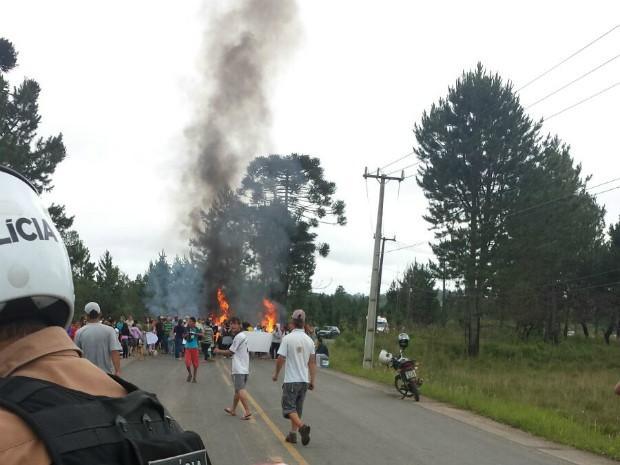 Moradores interditaram a rodovia no início da manhã desta sexta-feira (27) (Foto: Divulgação / PM)
