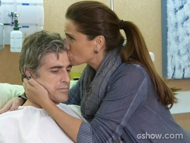 Clara conforta o marido e enche ele de beijos (Foto: Em Família/TV Globo)