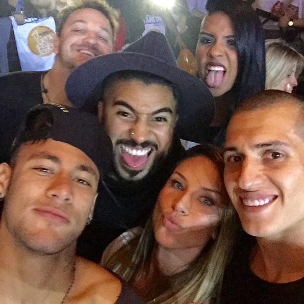 Neymar com Lizi Benites e mais amigos em show em São Paulo (Foto: Instagram/ Reprodução)