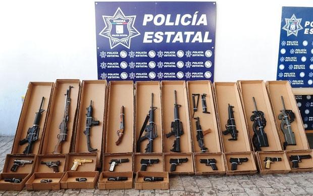 Armas confiscadas em  casa de família de traficante após garoto de 9 armas levar arma para escola, em Hermosillo, no México (Foto: Sonora State Police / Reuters)