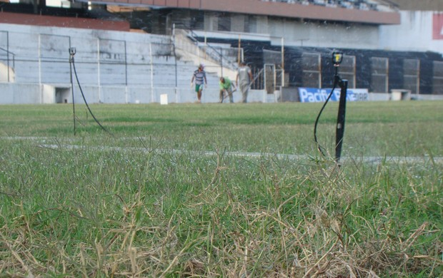 Entre pás e enxadas, Central-PE se prepara para Pernambucano 2014 (Foto: Vital Florêncio / GloboEsporte.com)