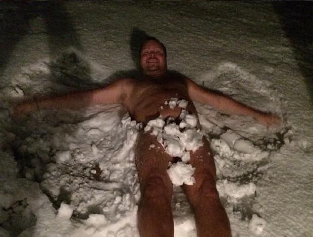 Tomas Brolin, ex-atacante da Suécia, posa seminu na neve