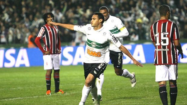 Emerson comemora gol do Coritiba contra o São Paulo (Foto: Robertson Luz / Ag. Estado)
