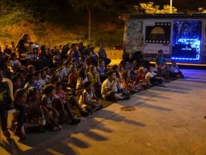 Cinema sustentável utiliza van para captar energia solar e exibir filmes (Foto: Divulgação/Cinesolar)