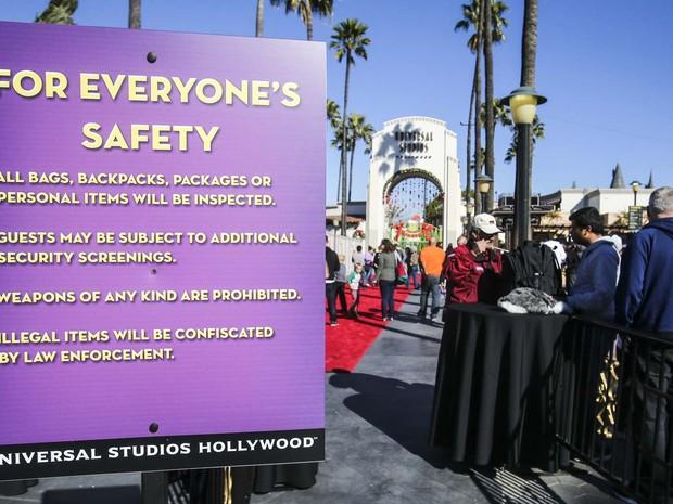 Placa com avisos sobre segurança é vista na entrada do parque Universal, em Orlando (Foto: Ringo Chiu/Getty Images/AFP)
