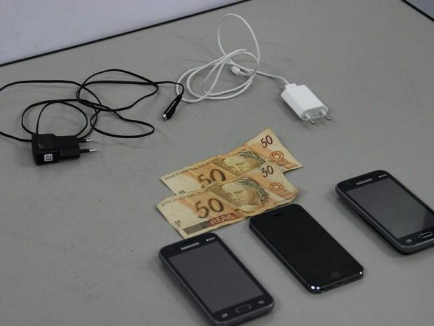 Celulares, carregadores e uma quantia em dinheiro foram encontrados (Foto: Rickardo Marques/G1 AM)