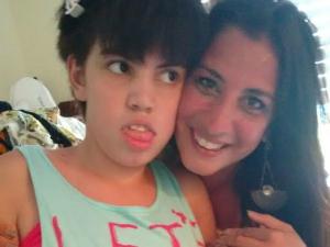 Daniela luta para conseguir medicação para Gisela (Foto: Arquivo Pessoal)