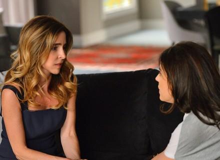Kiki alerta Nelita e diz para irmã deixar a mansão