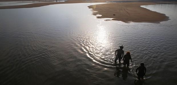 Índios Mundurucu caminham nas margens do rio Tapajós (Foto: Mario Tama/ Getty Images)
