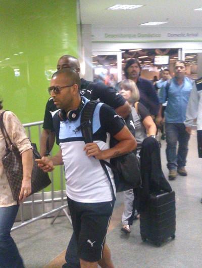 Emerson Sheik, desembarque Botafogo Brasilia  (Foto: Gustavo Rotstein)