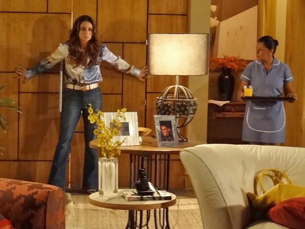 Helo segura a porta após expulsar o ex (Foto: Salve Jorge/TV Globo)