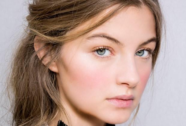 Blush que imita o rubor natural do rosto é uma das apostas de Fabi Gomes (Foto: IMAXtree)