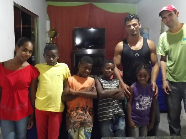 Família Fantone Santana foi formada em 2007, quando cinco crianças encontraram dois pais (Foto: Caio Silveira/ G1)