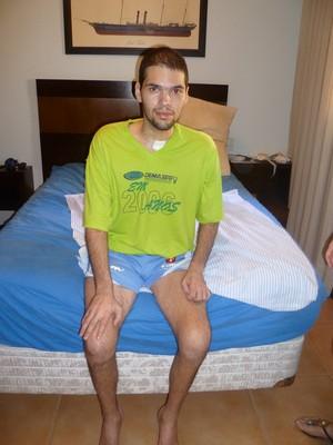 Thiago durante a recuperação de um grave AVC hemorrágico. Após meses de fisioterapia intensa, ele conseguiu voltar a ficar sentado sozinho (Foto: Arquivo pessoal)