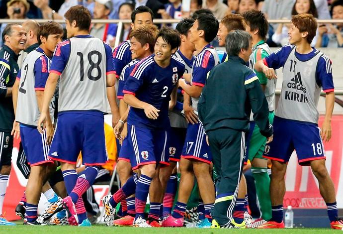 Atsuto Uchida comemoração amistoso Japão (Foto: AP)